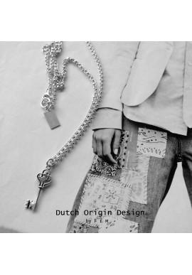 Necklace: LoveKey €119,-